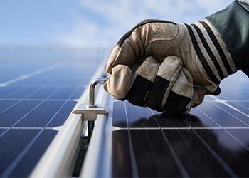 Para que serve o conjunto haste em um painel solar?